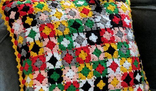 een gehaakte kussenhoes van mini granny squares haakblog 96