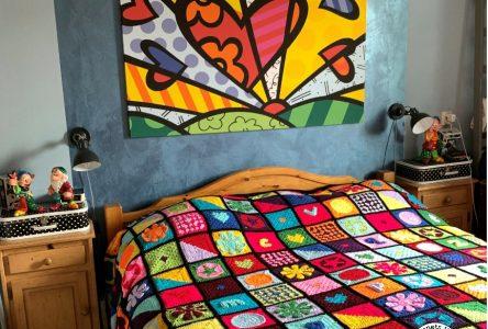Een gehaakte granny square Britto deken
