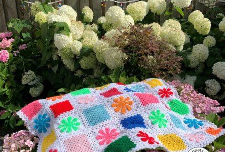 Een gebloemde granny square deken (haakblog 120)